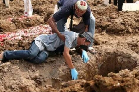 Man cries unconsolably at burial of  his Relative Killed By COVID-19